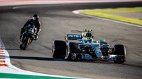Formuli za motorku. Rossi a Hamilton si vyměnili své strojem, pilot F1 na šéfa Yamahy zapůsobil + FOTO - anotační foto