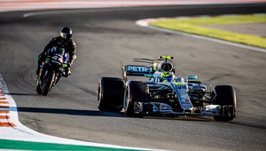 Formuli za motorku. Rossi a Hamilton si vyměnili své strojem, pilot F1 na šéfa Yamahy zapůsobil + VIDEO - anotační obrázek