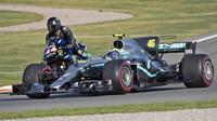Lewis Hamilton na motorce vedle Valentina Rossiho v Mercedesu F1 W08