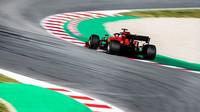 Ferrari během testů v Barceloně