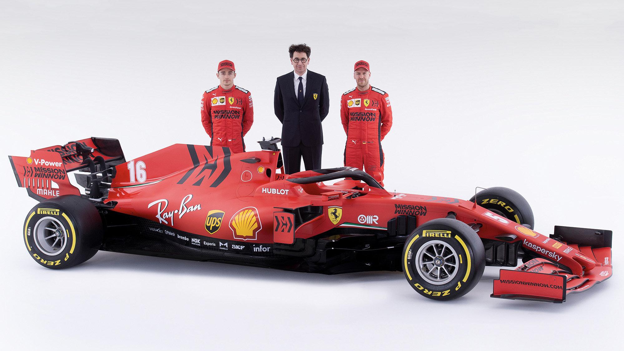 Mattia Binotto se svými jezdci při představení nového vozu SF1000