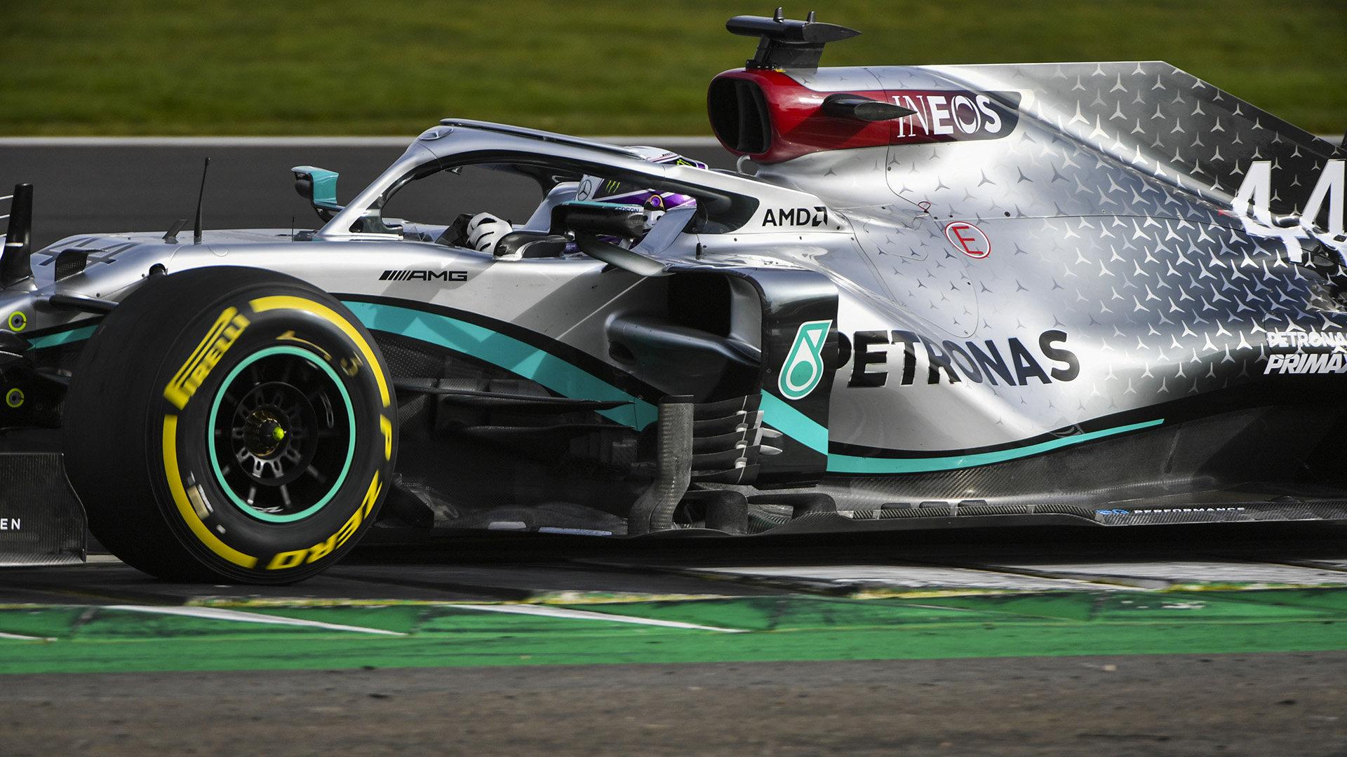 Lewis Hamilton s novým Mercedesem W11 během prvotního testování v Silverstone