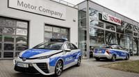 Berlínská policie sedlá vodíkovou Toyotu Mirai, za jízdy dokonce čistí vzduch - anotační obrázek