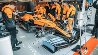 McLaren během natáčecího dne v Barceloně