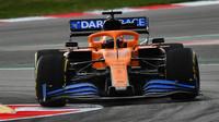 Carlos Sainz s novým McLarenem MCL35 v Barceloně