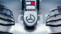 Detail předního křídla Mercedes F1 W11 EQ Performance v Barceloně