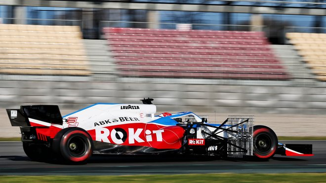 George Russell při předsezonních testech s vozem Williams FW43 - Mercedes v Barceloně
