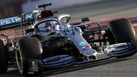 Lewis Hamilton v rámci druhého dne předsezonních testů v Barceloně