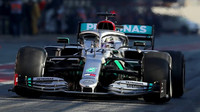 Lewis Hamilton s Mercedesem W11 při testech v Barceloně
