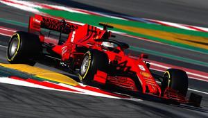 Ve čtvrtek po mokrém začátku nejrychlejší Ferrari, Hamilton měl problém s motorem - anotační obrázek