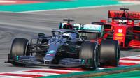 Valtteri Bottas v předsezónních testech před a Sebastianem Vettelem