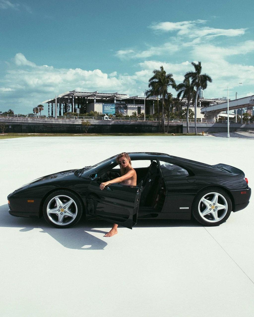 Dokonalá kombinace: Klasické Ferrari, nádherná modelka a pláž v Miami - anotační obrázek