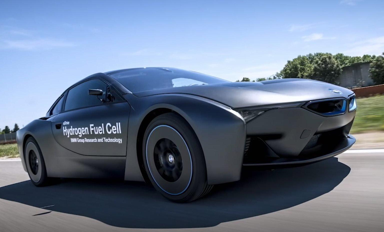VODÍK A ELEKTŘINA! BMW má řešení, jak opět stavět auta s pořádným výkonem i dojezdem - anotační obrázek