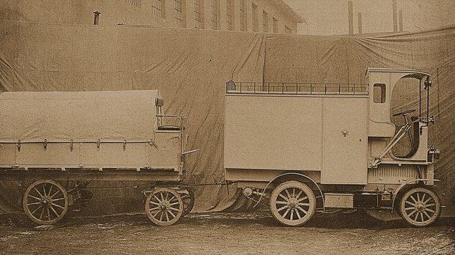 """Užitkové vozy Laurin & Klement E """"Černá Hora"""" z let 1908 – 1909 byly prvními trambusy"""