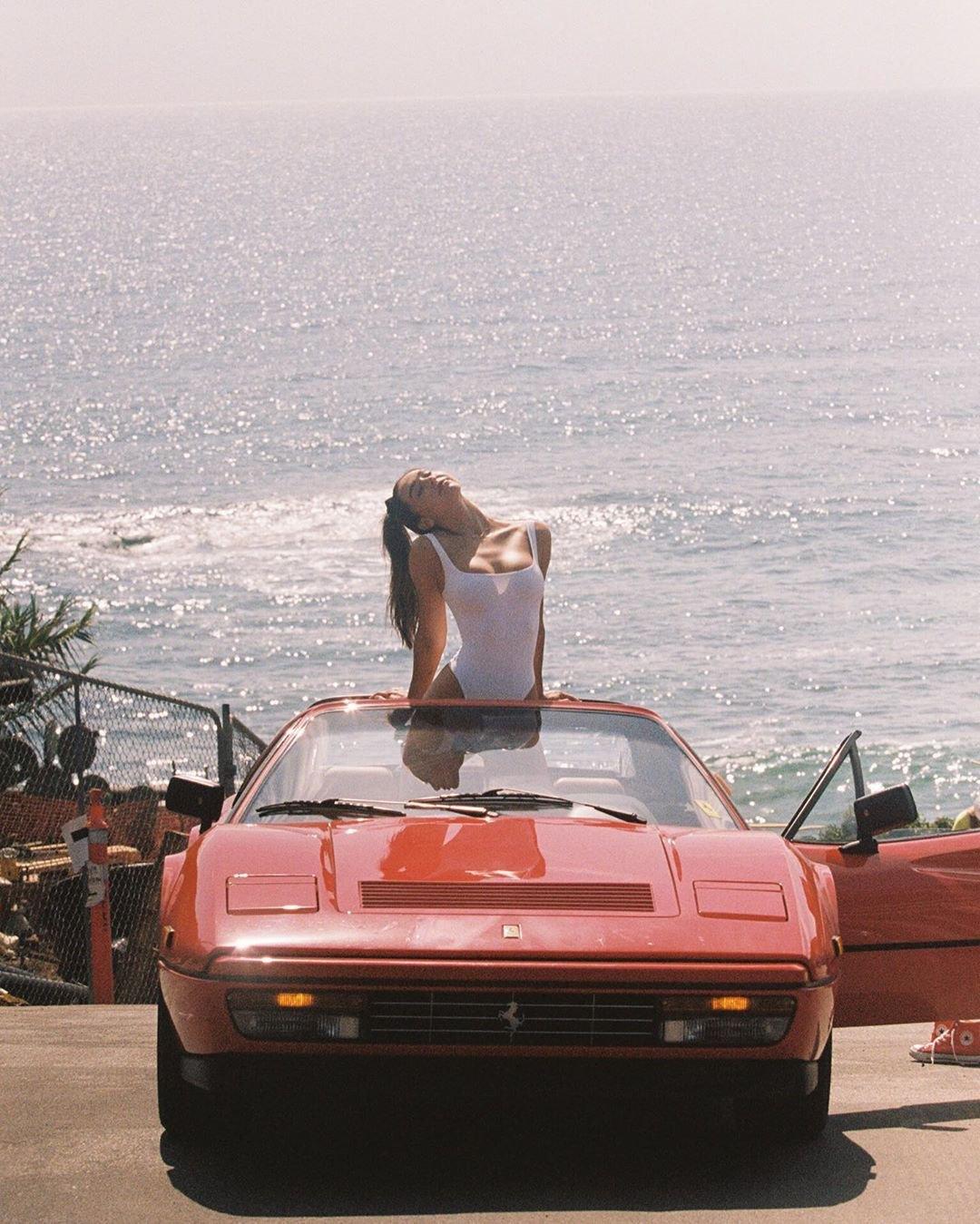 Krásná Alexis Ren focená s rudým Ferrari 328 GTS - anotační obrázek