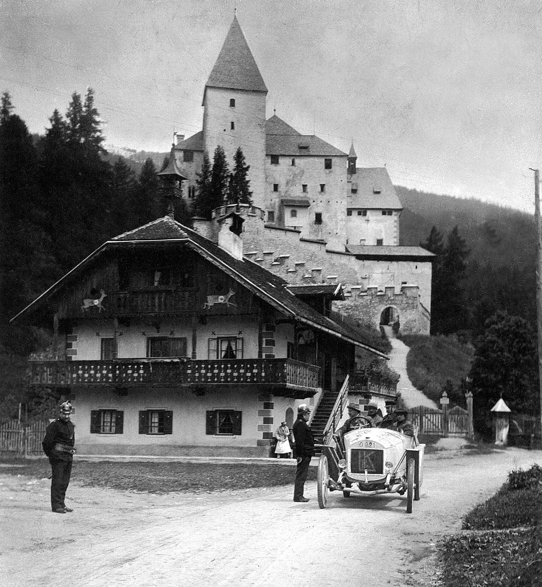 První ročník Alpské jízdy v červnu 1910. Saša Kolowrat, Otto Hieronimus a Paul Drašković získali pro Laurin & Klement prestižní Týmovou cenu