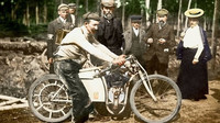Václav Vondřich s brašnou nářadí a náhradních dílů na stroji L&K v cíli neoficiálního mistrovství světa motocyklů
