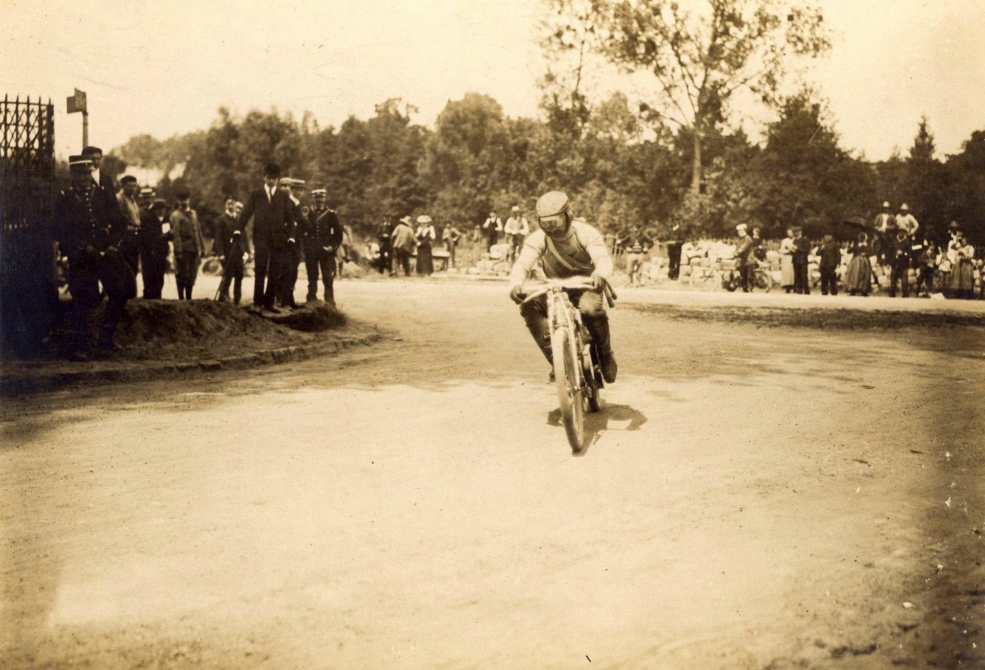 Václav Vondřich dosahoval s dvouválcem L&K na prašné dourdanské trati rychlosti více než 100 km/h