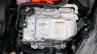 Srdcem hybridní soustavy je elektronika s měničem napětí a střídačem proudu