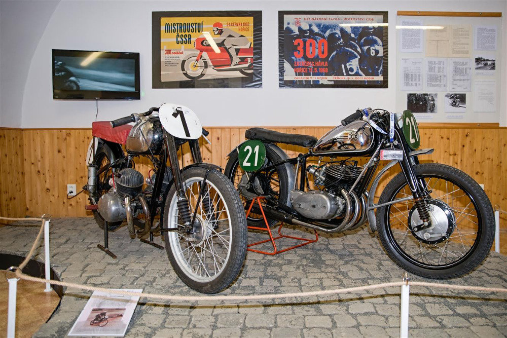 Nesmrtelný dvoutakt na závodních okruzích - Výstava motocyklů  v Hořicích - anotační obrázek