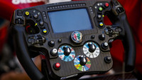Detail volantu vozu Alfa Romeo C39 - Ferrari během 1. tréninku na GP Rakouska