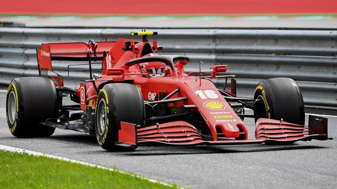 Charles Leclerc s Ferrari během 1. tréninku