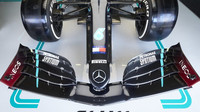 Přední křídlo vozu Mercedes F1 W11 EQ Performance během 1. tréninku na GP Rakouska