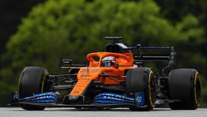 Sainz v závěru překonal i Hamiltona, odváží si bod navíc za nejrychlejší kolo + strategie - anotační obrázek