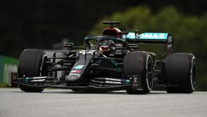 Černý Mercedes stíhaný Red Bullem začíná v Rakousku nejrychleji, Ferrari hodně ztrácí - anotační obrázek