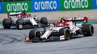 Antonio Giovinazzi a Kimi Räikkönen v závodě velké ceny Štýrska
