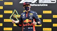 Max Verstappen se svou trofejí za třetí místo v závodě velké ceny Štýrska
