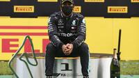 Lewis Hamilton se svou trofejí za první místo v závodě velké ceny Štýrska