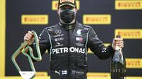 Valtteri Bottas se svou trofejí za druhé místo v závodě velké ceny Štýrska