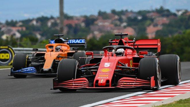 Sebastian Vettel a Carlos Sainz při pátečním tréninku na Hungaroringu