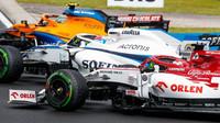 Kimi Räikkönen, George Russell a Lando Norris v závodě v Maďarsku