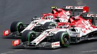 Kimi Räikkönen a Antonio Giovinazzi v závodě v Maďarsku