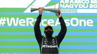 Lewis Hamilton se svou trofejí za první místo po závodě v Maďarsku
