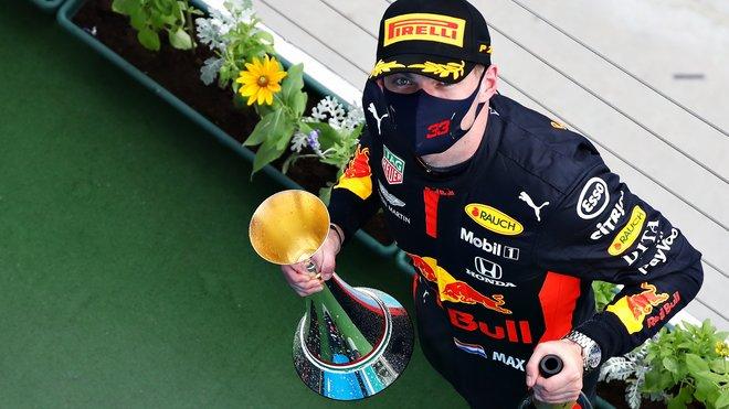 Max Verstappen v Maďarsku s pohárem za druhé místo