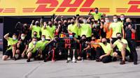 Max Verstappen se svými mechani oslavují druhé místo po závodě v Maďarsku