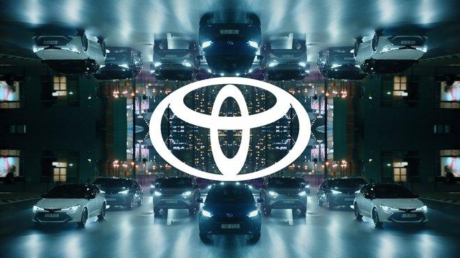 Nové logo Toyoty je zhuštěním původního do jednoduchého 2D formátu a bez nápisu