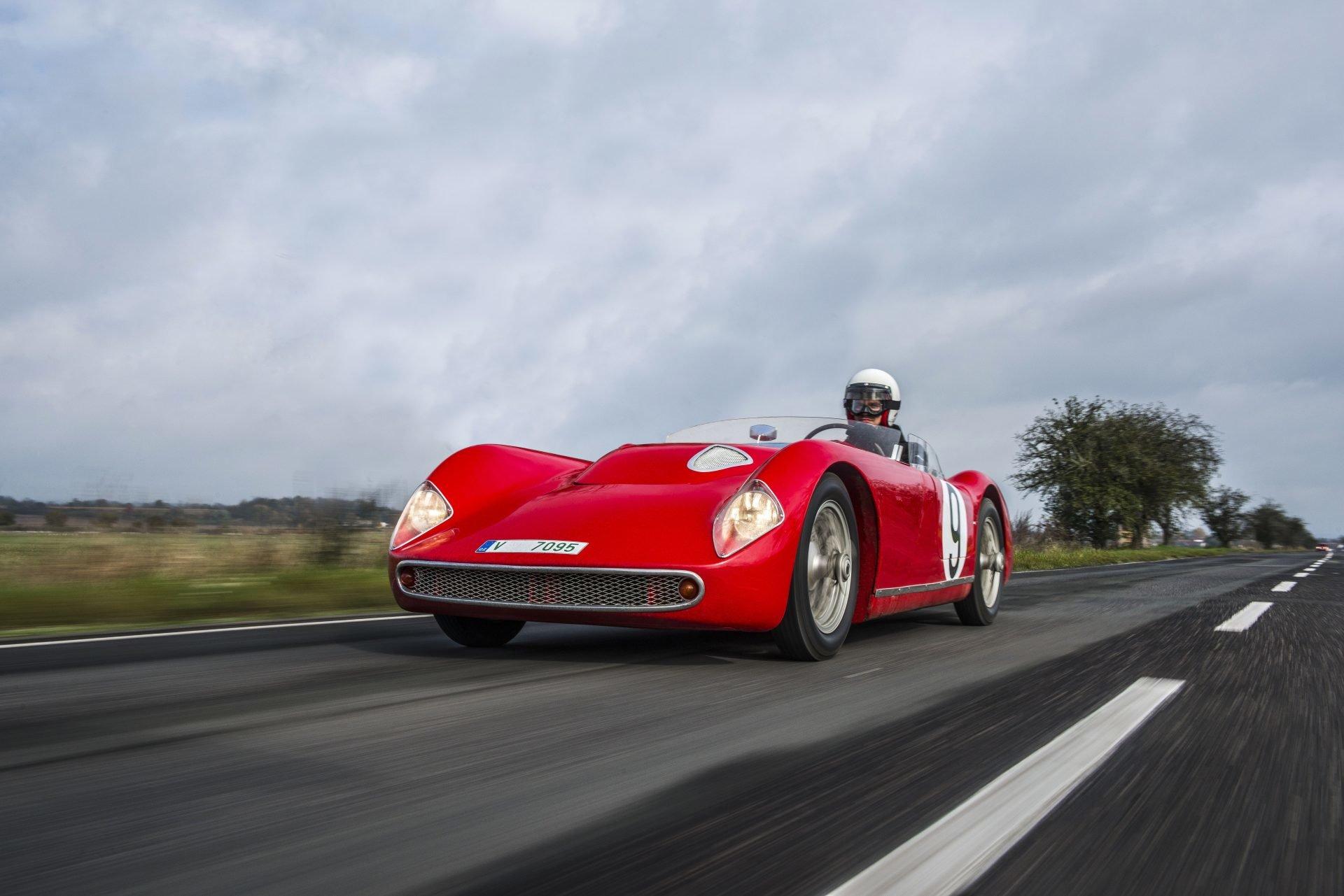 Škoda 1100 OHC z roku 1957 se čtyřválcovým motorem 1,1 l a výkonem 92 koní dosahoval rychlosti až 200 km/h