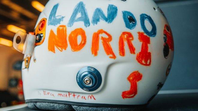 Přilba Landa Norrise pro GP Británie 2020
