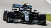 Valtteri Bottas s Flow-visem při pátečním tréninku v Silverstone