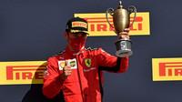 Charles Leclerc se svou trofejí za třetí místo po závodě v Silverstone