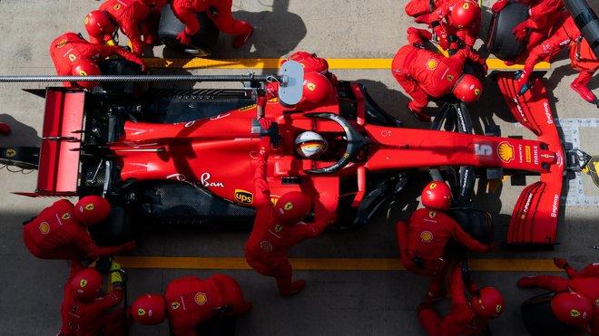 Práce na voze Sebastiana Vettela
