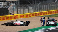Kevin Magnussen po kolizi s Albonem odstoupil ze závodu v Silverstone