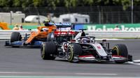 Romain Grosjean a Carlos Sainz v závodě v Silverstone