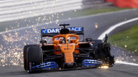 Carlos Sainz s prasklou přední pneumatikou v závodě v Silverstone