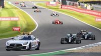 Lewis Hamilton za Safety carem v závodě v Silverstone