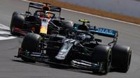 Valtteri Bottas a Max Verstappen v závodě v Silverstone